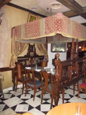 23 - Maharaja bed table